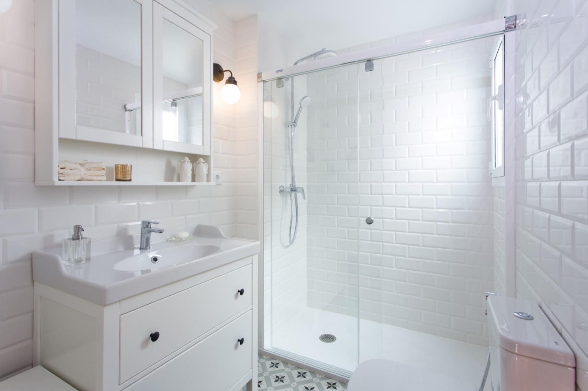 6 razones y ventajas por las que cambiar la bañera por un plato de ducha